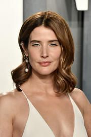 Cobie Smulders wore her hair in a gently wavy style at the 2020 Vanity Fair Oscar party.