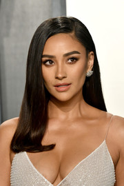 Shay Mitchell looked elegant with her straight, side-parted 'do at the 2020 Vanity Fair Oscar party.