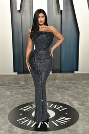 Kylie Jenner flaunted her curves in a strapless gunmetal dress by Ralph & Russo Couture at the 2020 Vanity Fair Oscar party.