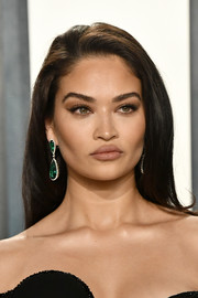 Shanina Shaik looked gorgeous with her loose straight 'do at the 2020 Vanity Fair Oscar party.