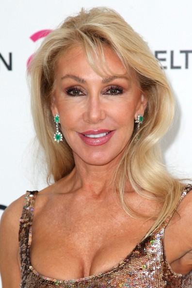 Linda Thompson's dangling emerald earrings added another layer of sparkle to her outfit.