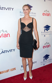 A classic black satin clutch topped off Amber Valletta's outfit.