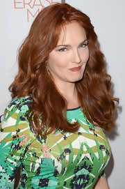 Amy Yasbeck looked totally flirty and natural with thick and voluminous waves.