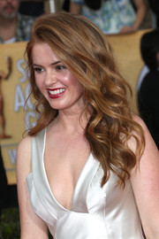 Isla Fisher looked oh-so-hot at the SAG Awards with her sexy waves and low-cut dress.