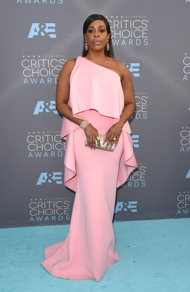 Niecy Nash amped up the glamour with a bedazzled clutch.