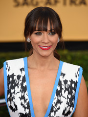Rashida Jones was all about laid-back glamour with her loose pony and wispy bangs at the SAG Awards.