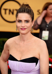 Amanda Peet brushed her hair up into a messy, loose bun for the SAG Awards.
