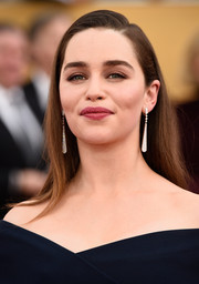 Emilia Clarke kept her look super simple with this long side-parted hairstyle at the SAG Awards.