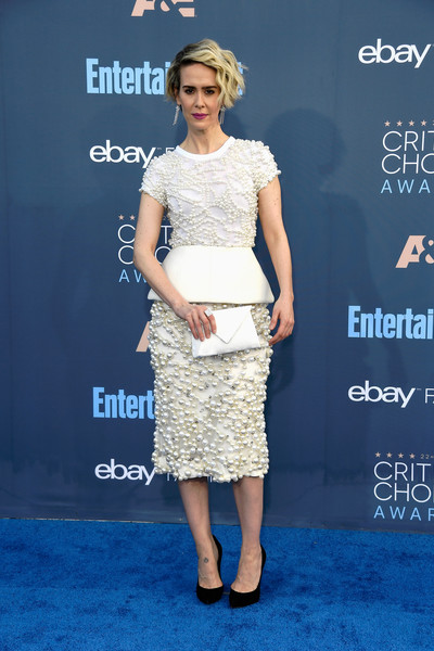 Sarah Paulson pulled her look together with a white envelope clutch by Tyler Ellis.