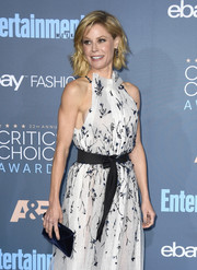Julie Bowen arrived for the Critics' Choice Awards holding a navy velvet envelope clutch by Tyler Ellis.