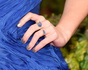 Maisie Williams opted for a gold mani when she attended the 2016 SAG Awards.