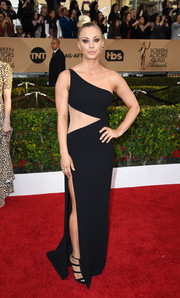 Kaley Cuoco vamped it up at the SAG Awards in a black Romona Keveza one-shoulder gown with an illusion waist cutout and a thigh-high slit.