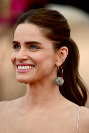 Amanda Peet looked youthful and pretty wearing this center-parted ponytail at the SAG Awards.