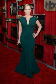 Kate Winslet flaunted her curves in a green mermaid gown by Giorgio Armani during the SAG Awards.