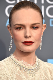 Kate Bosworth paired red lipstick with neutral eyeshadow for her 2018 Critics' Choice Awards beauty look.