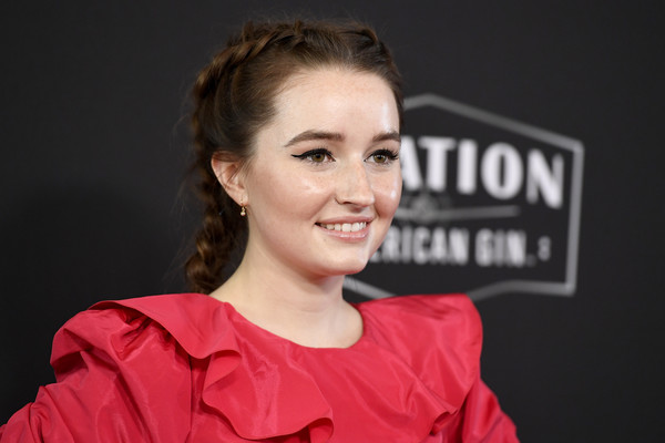 Kaitlyn Dever looked charming wearing her hair in a French braid at the 2019 Hollywood Film Awards.