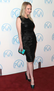 Wendi McLendon-Covery added a dash of color to her sleek black dress with a turquoise box clutch.