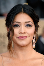 Gina Rodriguez complemented her hairstyle with a pair of morganite chandelier earrings by Hueb.
