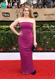 Anna Chlumsky showed off her curves in a ruched magenta strapless gown at the SAG Awards.