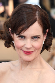 Elizabeth McGovern went the sweet route with this short curly 'do at the 2017 SAG Awards.