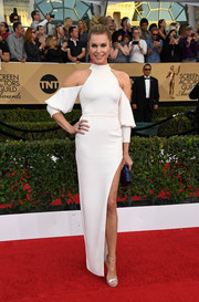 Rebecca Romijn hit the SAG Awards in a trendy white cold-shoulder gown by Idan Cohen.
