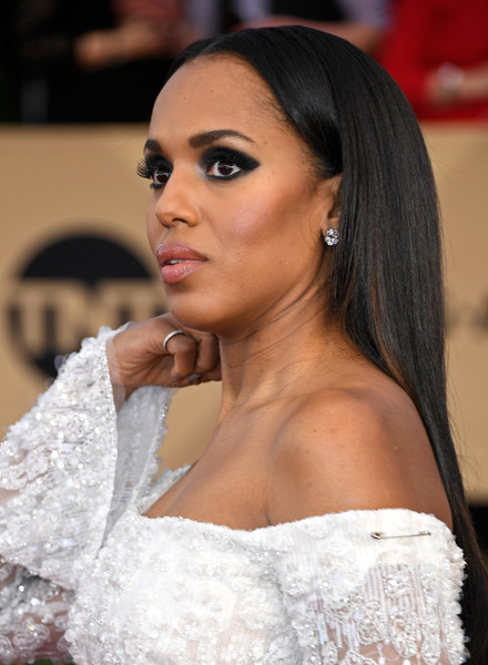 For her beauty look, Kerry Washington went edgy with lots of inky eyeshadow.