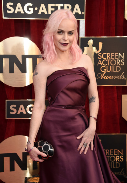 Taryn Manning accessorized with a honeycomb-patterned clutch by Bulgari when she attended the SAG Awards.