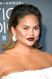 Chrissy Teigen looked vampy with her dark red lipstick.
