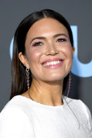 Mandy Moore attended the 2019 Critics' Choice Awards wearing a straight, center-parted hairstyle.