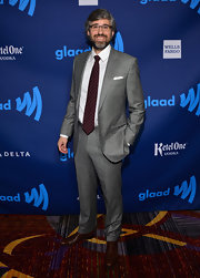 Mo Rocca opted for a more casual red carpet look with this basic gray suit.
