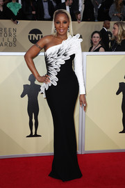 Mary J. Blige looked fabulous in a one-sleeve, feather-motif gown by Jean-Louis Sabaji at the 2018 SAG Awards.