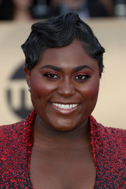 Danielle Brooks flaunted a perfectly styled finger wave at the 2018 SAG Awards.