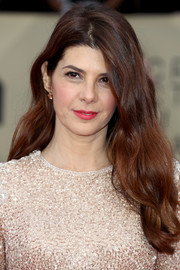 Marisa Tomei wore her long hair loose in a gently wavy style at the 2018 SAG Awards.