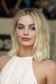 Margot Robbie attended the 2018 SAG Awards wearing her hair in a messy center-parted lob.