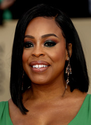 Niecy Nash showed off a sleek asymmetrical lob at the 2018 SAG Awards.