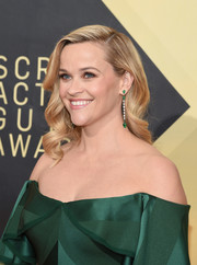 Reese Witherspoon teamed a pair of gemstone drop earrings by Gismondi 1754 with an off-the-shoulder dress for the 2018 SAG Awards.
