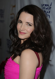 Kristin Davis wore her hair in tousled curls at the 25th Anniversary Genesis Awards. A subtle side part gave her locks body and volume.