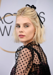 Lucy Boynton rocked the negative space eyeliner trend at the 2019 SAG Awards.