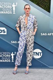 Jenna Lyons kept it casual yet stylish in a printed jumpsuit at the 2020 SAG Awards.