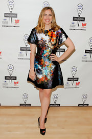 Anna Chlumsky completed her look with a simple pair of patent leather peep toe platform pumps.