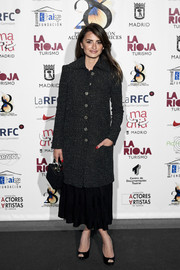 Penelope Cruz kept it classy in a black tweed coat by Chanel at the Union de Actores Awards.