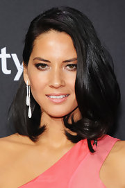 Olivia Munn added some sparkle to her look with a pair of dangling diamond earrings.