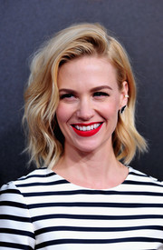 January Jones' red lipstick totally perked up her beauty look.