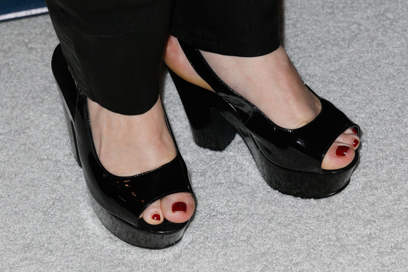 Melissa McCarthy showcased her pedicure in a pair of patent leather peep-toe pumps.
