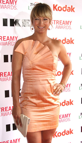 Actress Zoe Bell showed off this coral colored strapless dress, which had a decorative bodice. Very eye-catching.