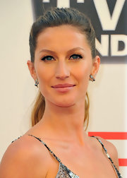 Gisele Bundchen showed off her glowing complexion at the AFI soiree in California. She opted for dark and full lashes.