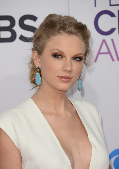 More Pics of Taylor Swift Bobby Pinned updo (3 of 35) - Bobby Pinned updo Lookbook - StyleBistro