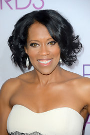 Regina King looked oh-so-glam at the People's Choice Awards with her curled-out bob and strapless dress.
