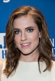 Allison Williams looked downright beautiful with her side-parted wavy 'do at the Help Haiti Home Gala.
