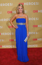 Carrie punched up her look with a beaded silver clutch.